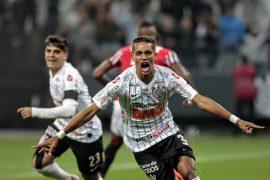 Pedrinho celebra gol contra o São Paulo